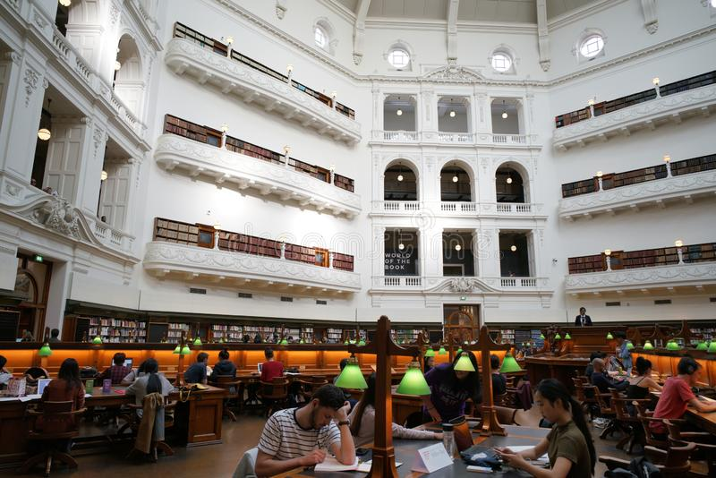 ВИКТОРИЯ, МЕЛЬБУРН, АВСТРАЛИЯ, апрель 2019 года, люди в Государственной библиотеке стоковая фотография