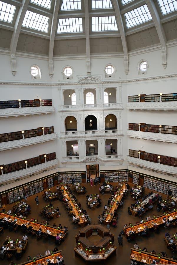 ВИКТОРИЯ, МЕЛЬБУРН, АВСТРАЛИЯ, апрель 2019 года, люди в Государственной библиотеке стоковое изображение rf