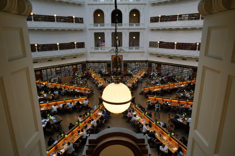 ВИКТОРИЯ, МЕЛЬБУРН, АВСТРАЛИЯ, апрель 2019 года, люди в Государственной библиотеке стоковые изображения rf