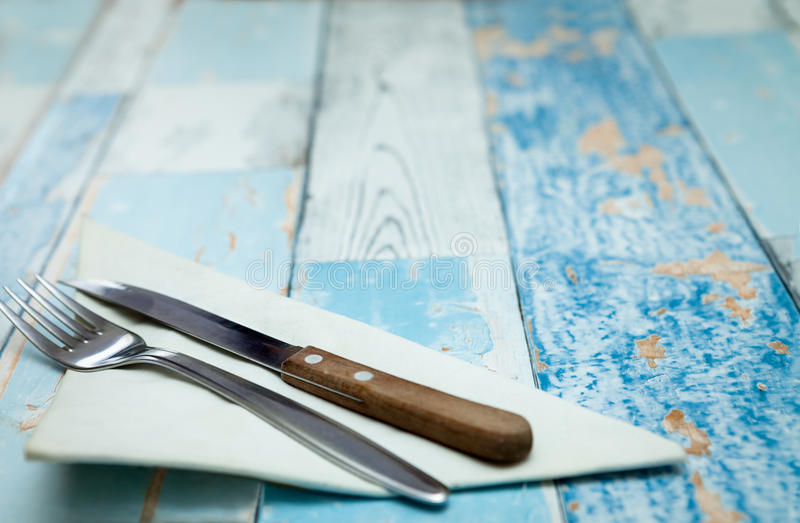 Вилка и нож на салфетке стоковое фото rf