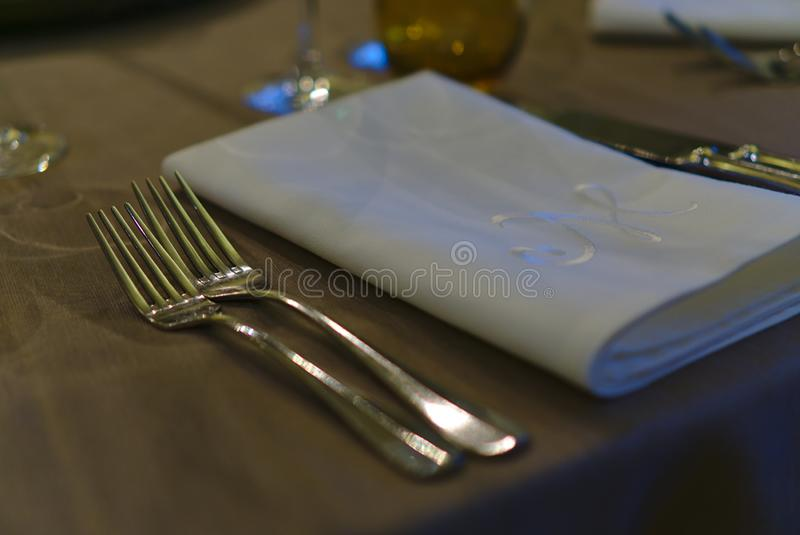 2 вилки лежа рядом со сложенной белой салфеткой стоковые фотографии rf
