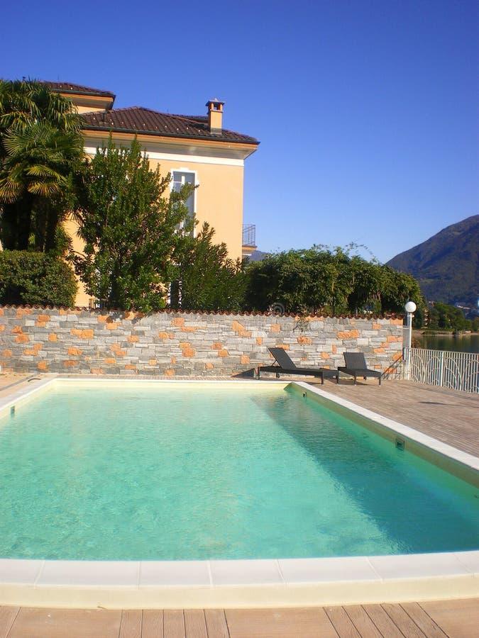 вилла бассеина Италии роскошная стоковое изображение rf