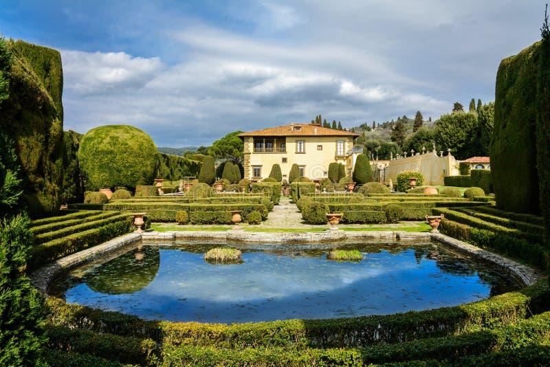 Вилла Gambera с озером и садами в городке Settignano Тоскана стоковые фото
