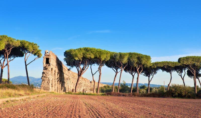 Вилла Quintili: руины мост-водовода в Риме, Италии стоковые фотографии rf