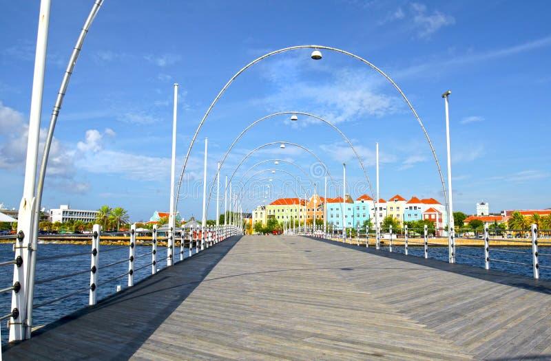 Виллемстад, мост понтона ферзя Эмма curacao Это мост качания который раскрывает для того чтобы позволить шлюпкам войти залива Свя стоковое изображение