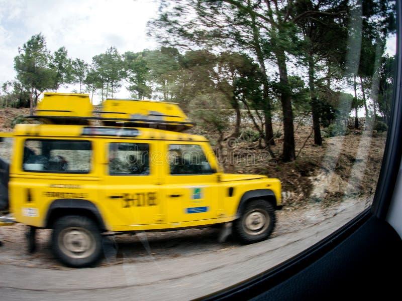Виллис SUV Мальорка Land Rover желтый стоковые изображения