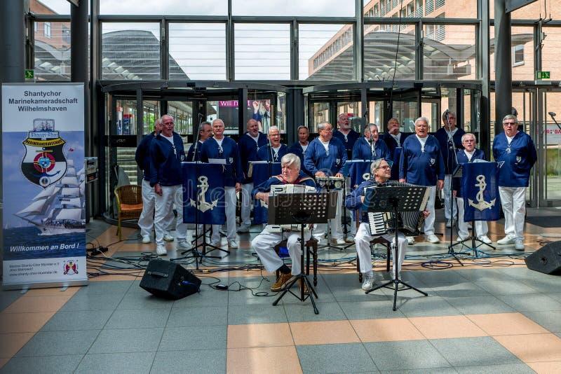 Вильгельмсхафен, Германия - 12-ое мая 2018: Chor Chanty выполняет песни в Nordseepassage стоковые изображения rf