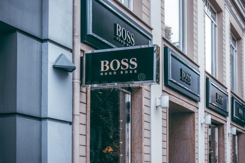 Вильнюс, Литва - 6-ое сентября 2018: Шильдик магазина босса Хьюго Босс Хьюго фокусирует на превращаться и маркетинге  стоковое фото rf