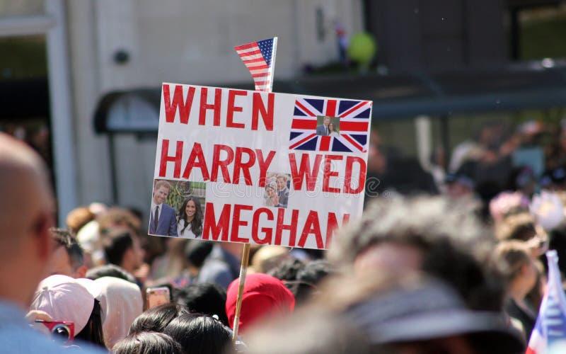 Виндзор, Великобритания, 5/19/2018: толпитесь сцены после wedding Meghan Markle и принца Гарри вне замка Виндзора стоковые изображения