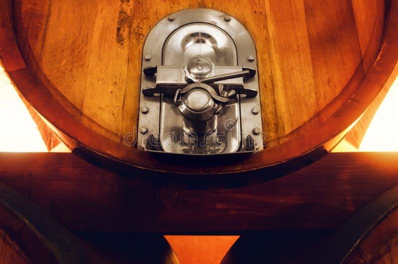 Винный погреб в Langhe Италии, детали клапана бочонка вина стоковые фотографии rf