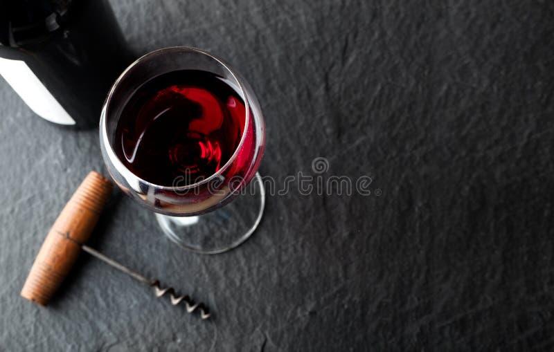Виновная бутылка на темном фоне стоковая фотография rf