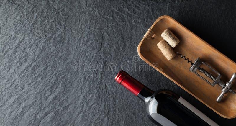 Виновная бутылка на темном фоне стоковое фото rf