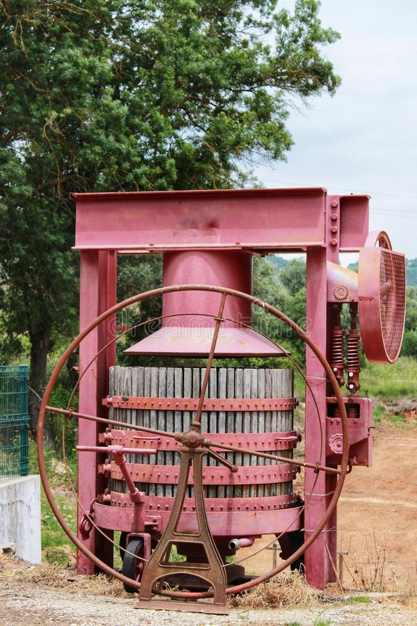 Виноградина отжимая машинное оборудование для винодельческой промышленности в винодельне в Azeitao, Португалии стоковое изображение