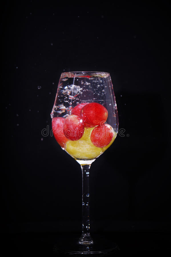 Виноградины выплеска красные зеленые стоковая фотография