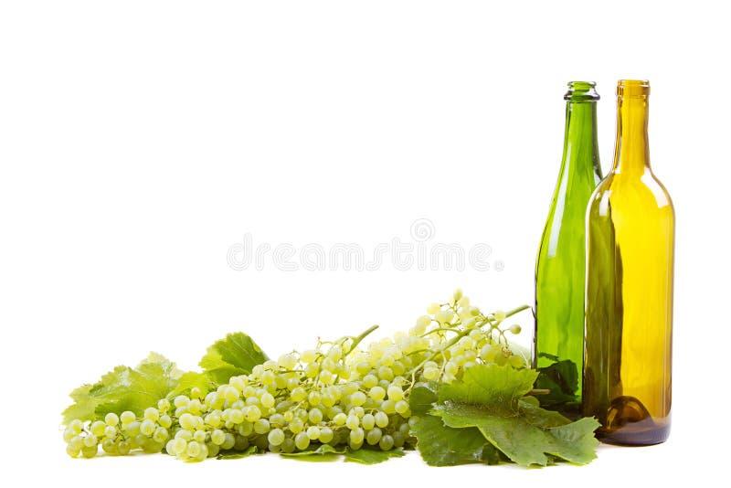 Download Виноградины и бутылки на белизне Стоковое Изображение - изображение насчитывающей хлебоуборка, плодоовощ: 33731655