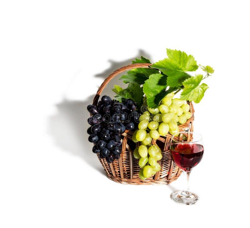 Виноградины, красное вино и лоза стоковое изображение rf
