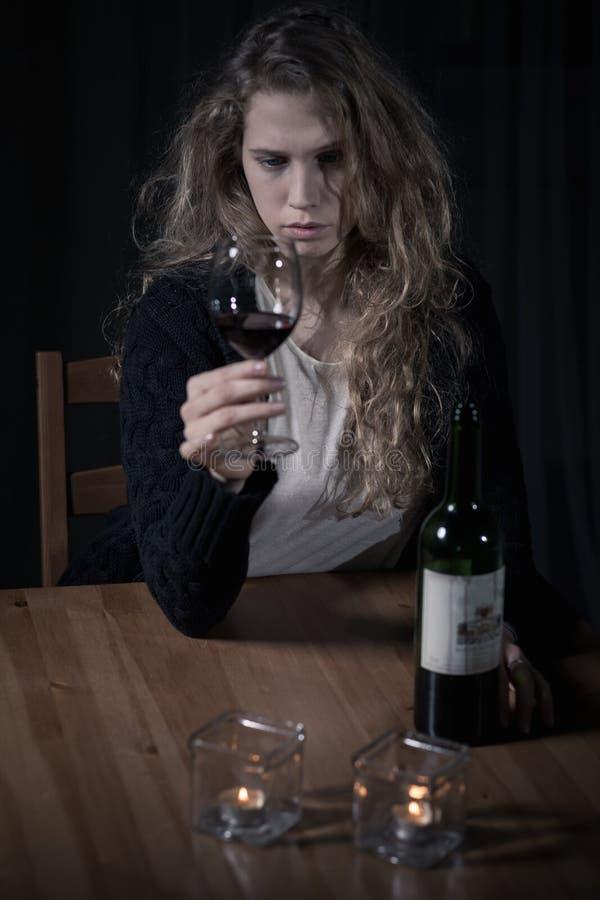Вино алкоголички выпивая стоковое изображение