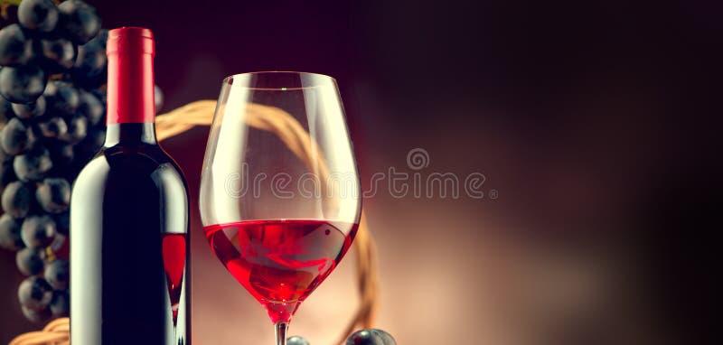 Вино Бутылка и стекло красного вина с зрелыми виноградинами стоковая фотография rf
