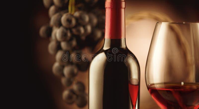 Вино Бутылка и стекло красного вина с зрелыми виноградинами стоковые фотографии rf