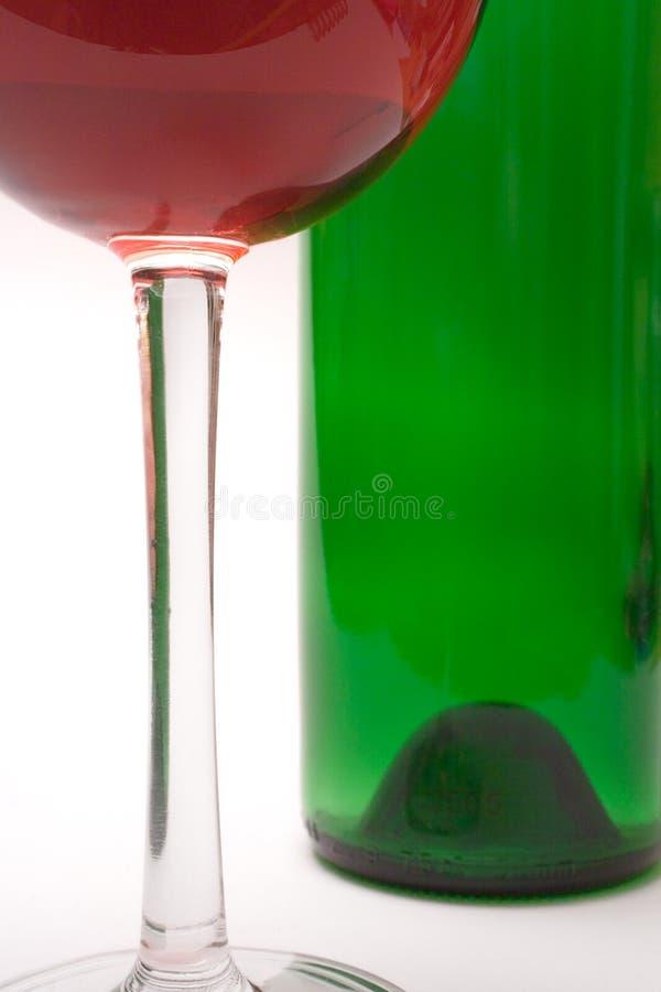 Download вино взгляда бутылки близкое стеклянное Стоковое Фото - изображение насчитывающей алхимика, виноградина: 487434