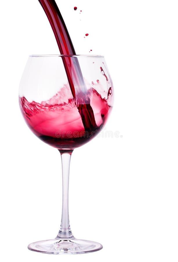 Вино выплеска красное против белой предпосылки стоковое изображение