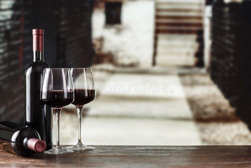 вино дегустации руки кубка Винный погреб с бутылкой и стеклами вина с spac стоковое фото