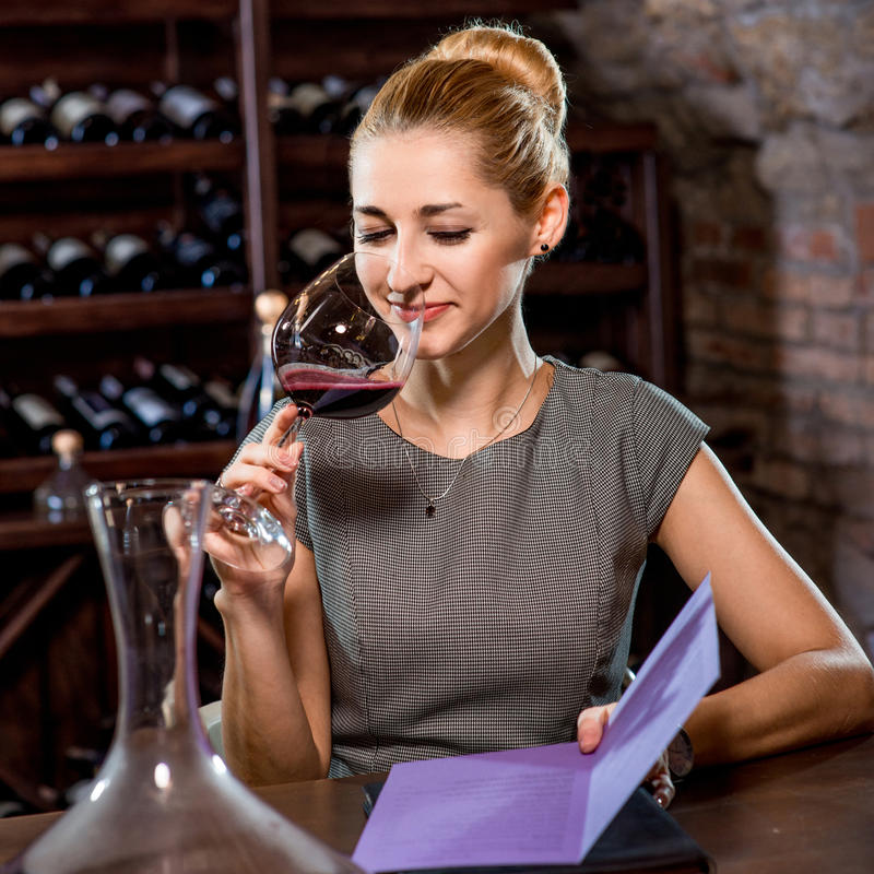 Вино дегустации женщины в погребе стоковое фото
