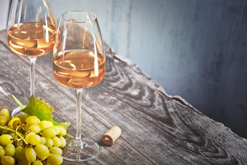 Вино и виноградины на старом деревянном столе стоковое фото
