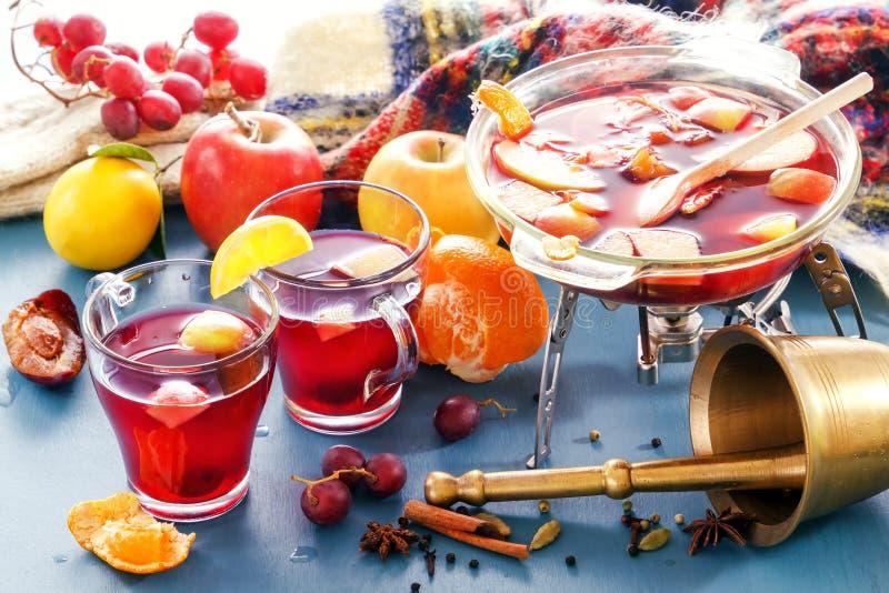 Вино и пунш обдумыванные чиреем Стекло раздражает с обдумыванным вином Специи, плодоовощ стоковое фото rf