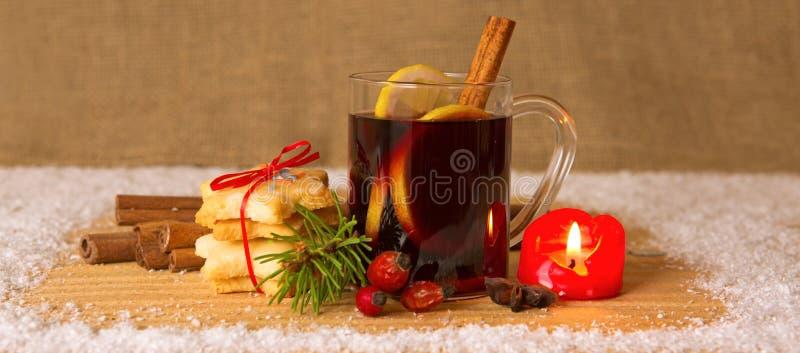 Вино и свеча пришествия обдумыванные рождеством стоковое изображение