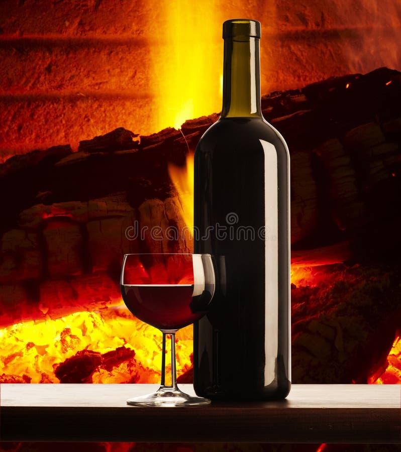 вино камина стеклянное близкое красное стоковое изображение rf
