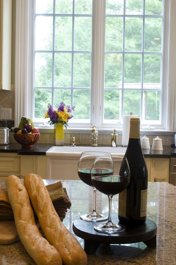 вино кухни острова багетов стоковая фотография