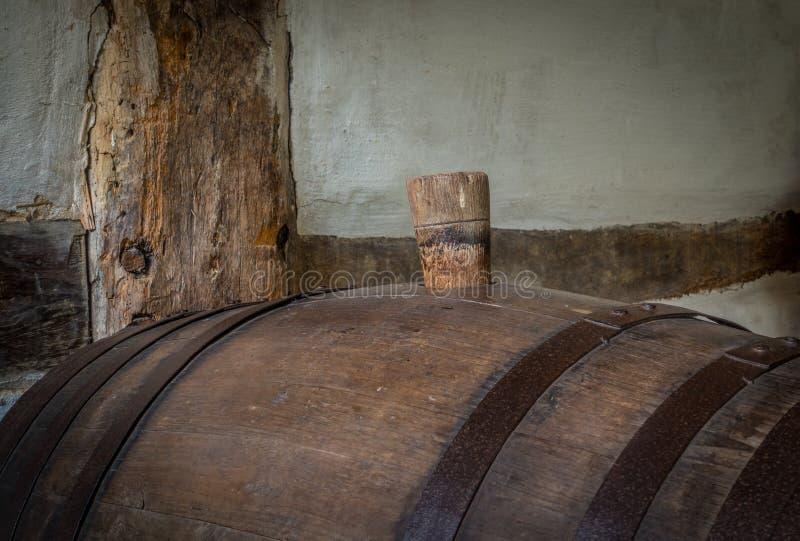 Вино несется темный погреб стоковое фото rf