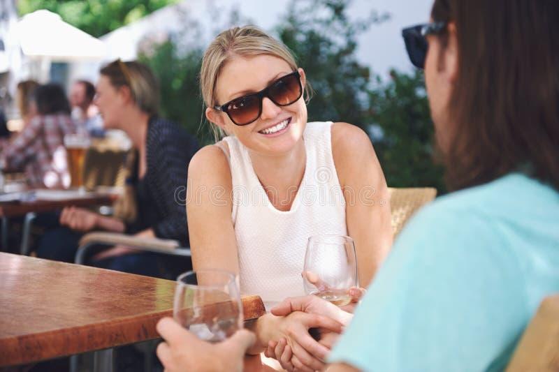 Download Вино обеда в кафе стоковое фото. изображение насчитывающей привлекательностей - 40579962