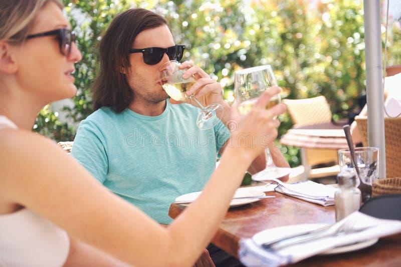 Download Вино обеда в кафе стоковое фото. изображение насчитывающей девушка - 40579968