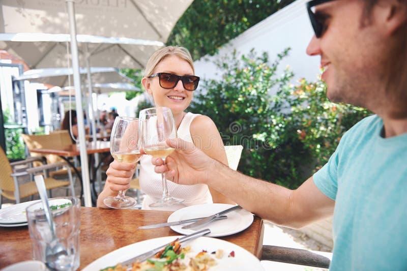 Вино обеда в кафе стоковые фотографии rf