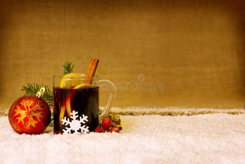 Вино обдумыванное рождеством и красный шарик стоковая фотография