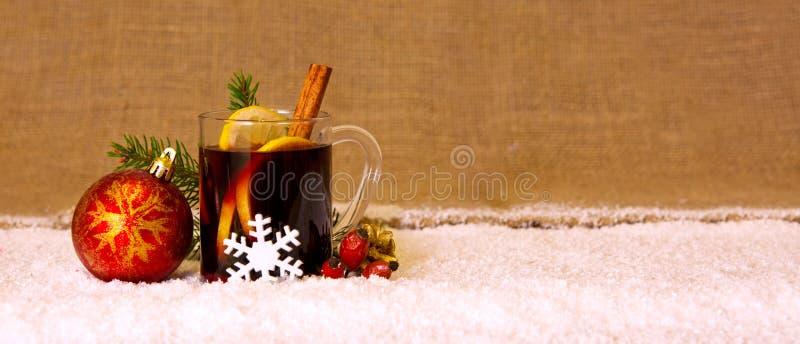Вино обдумыванное рождеством и красный шарик стоковые изображения