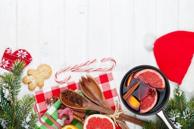Вино обдумыванное рождеством на деревянном столе стоковая фотография