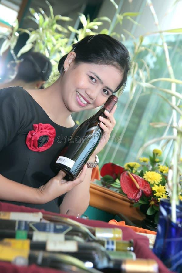 вино официантки стоковая фотография rf
