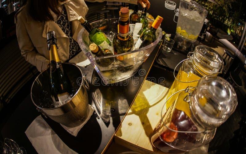 Вино-охладитель и вино стоковое изображение