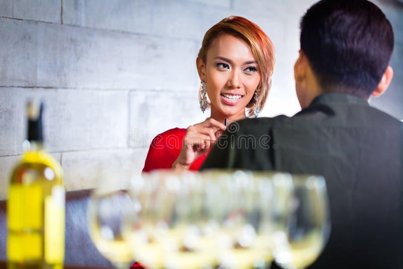 Вино пар выпивая белое в причудливом баре стоковое изображение