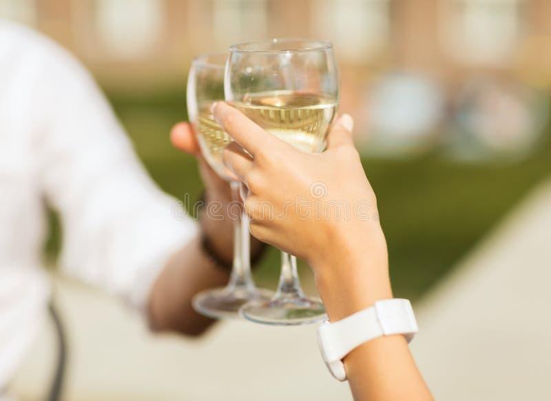 Вино пар выпивая в кафе стоковые изображения rf