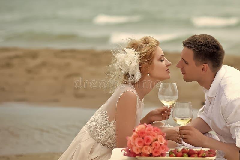 Вино пар свадьбы выпивая на пляже стоковые изображения