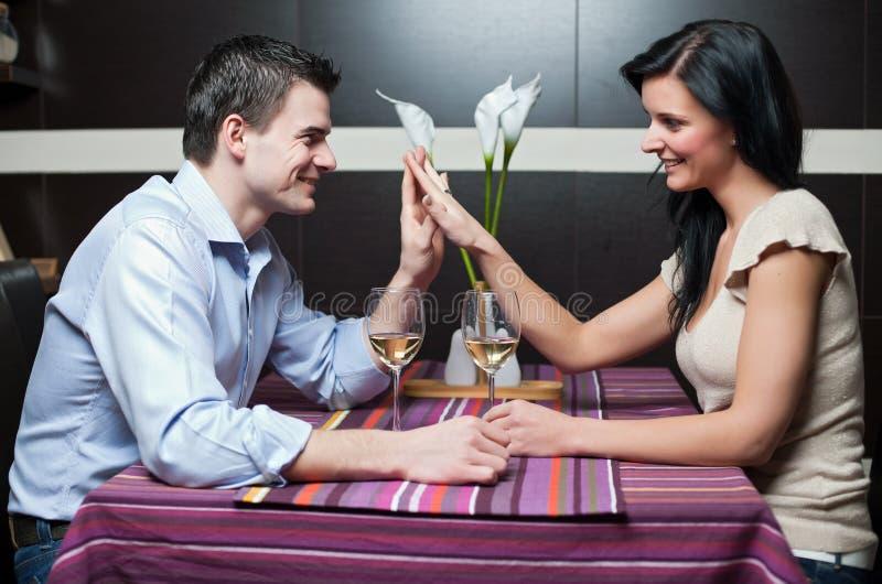 вино привлекательных пар выпивая стоковая фотография