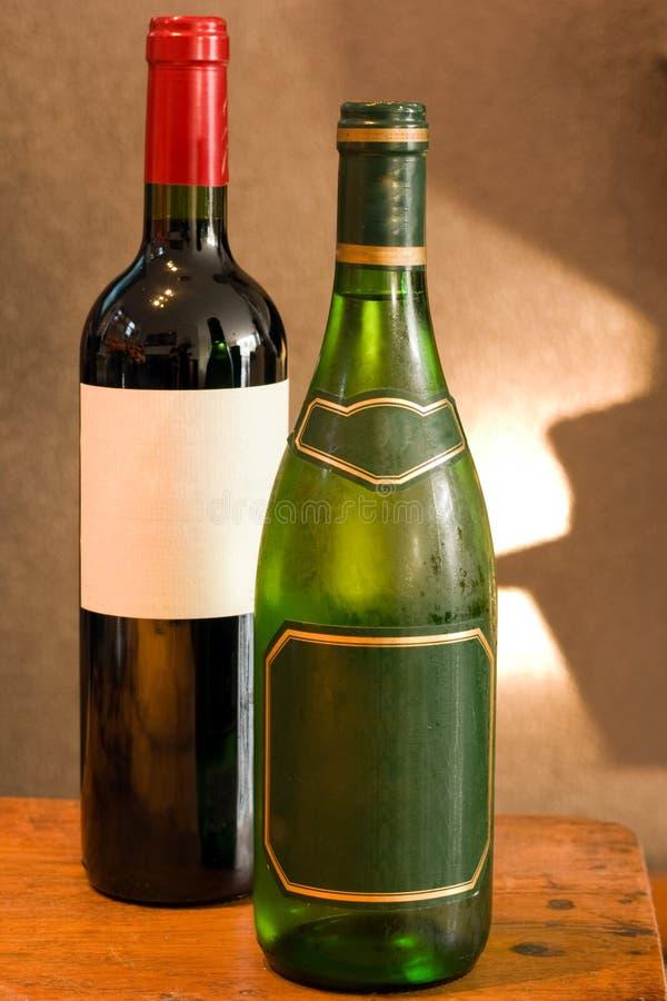 Download вино пустых ярлыков бутылки красное белое Стоковое Изображение - изображение насчитывающей вполне, жидкость: 6857303