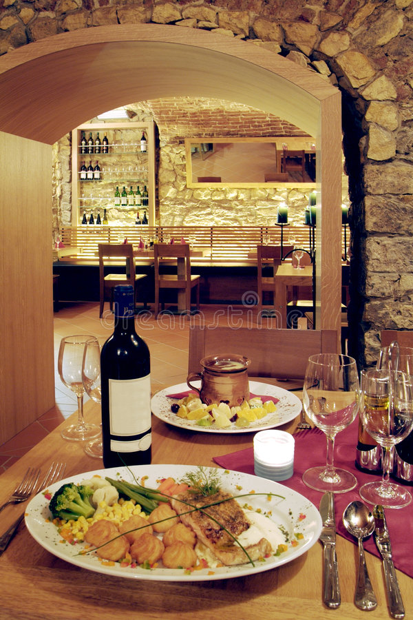 Download вино ресторана погреба стоковое изображение. изображение насчитывающей еда - 6869255