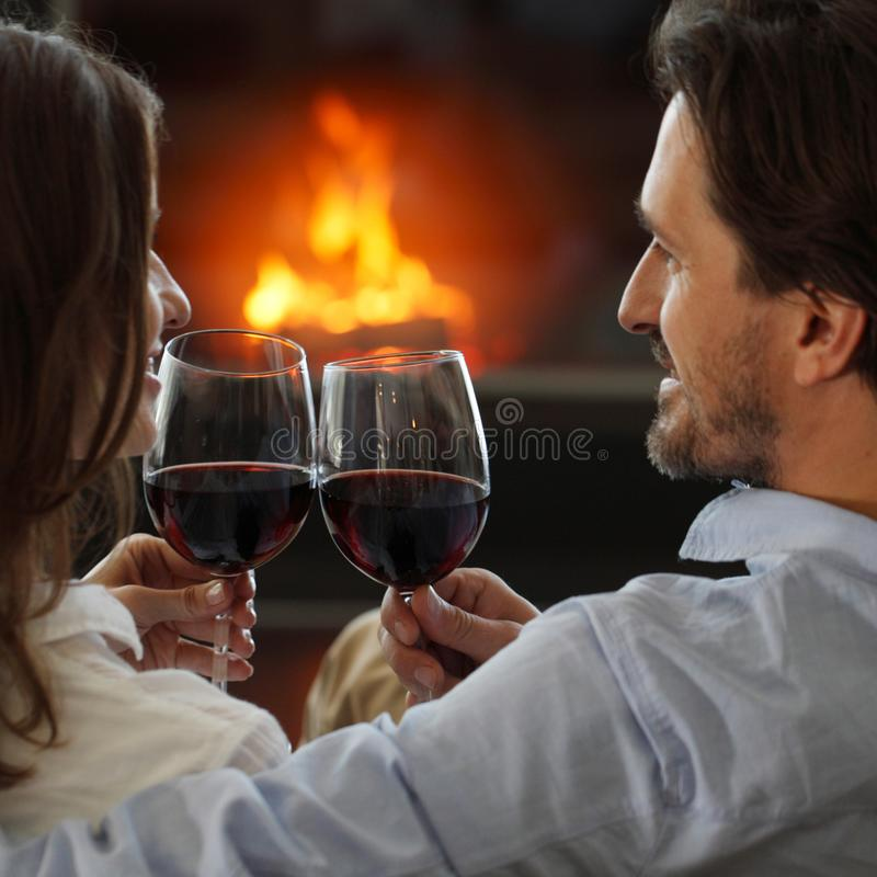 Вино романтичных пар выпивая стоковое фото rf