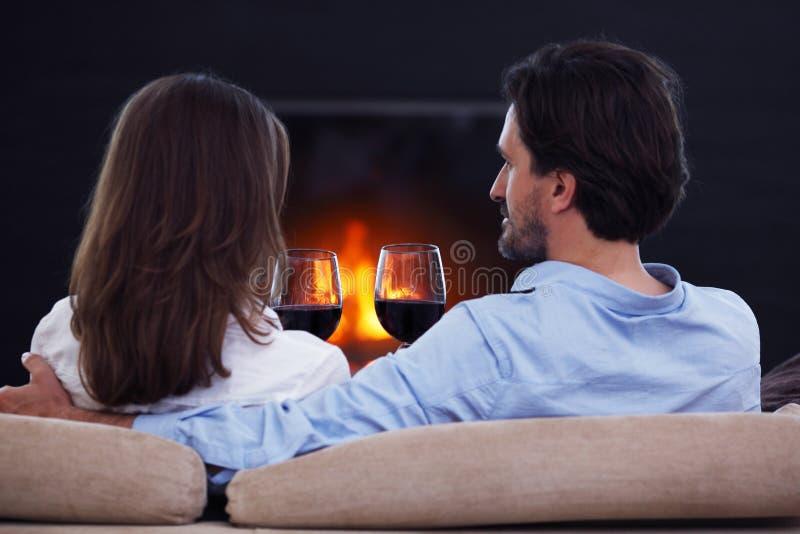 Вино романтичных пар выпивая стоковое изображение