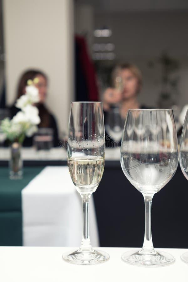 Вино сомелье лить к бокалу стоковая фотография rf